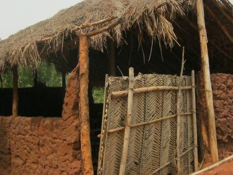 Schulgebäude Agbandjouyn baufällig durch Termitenfraß